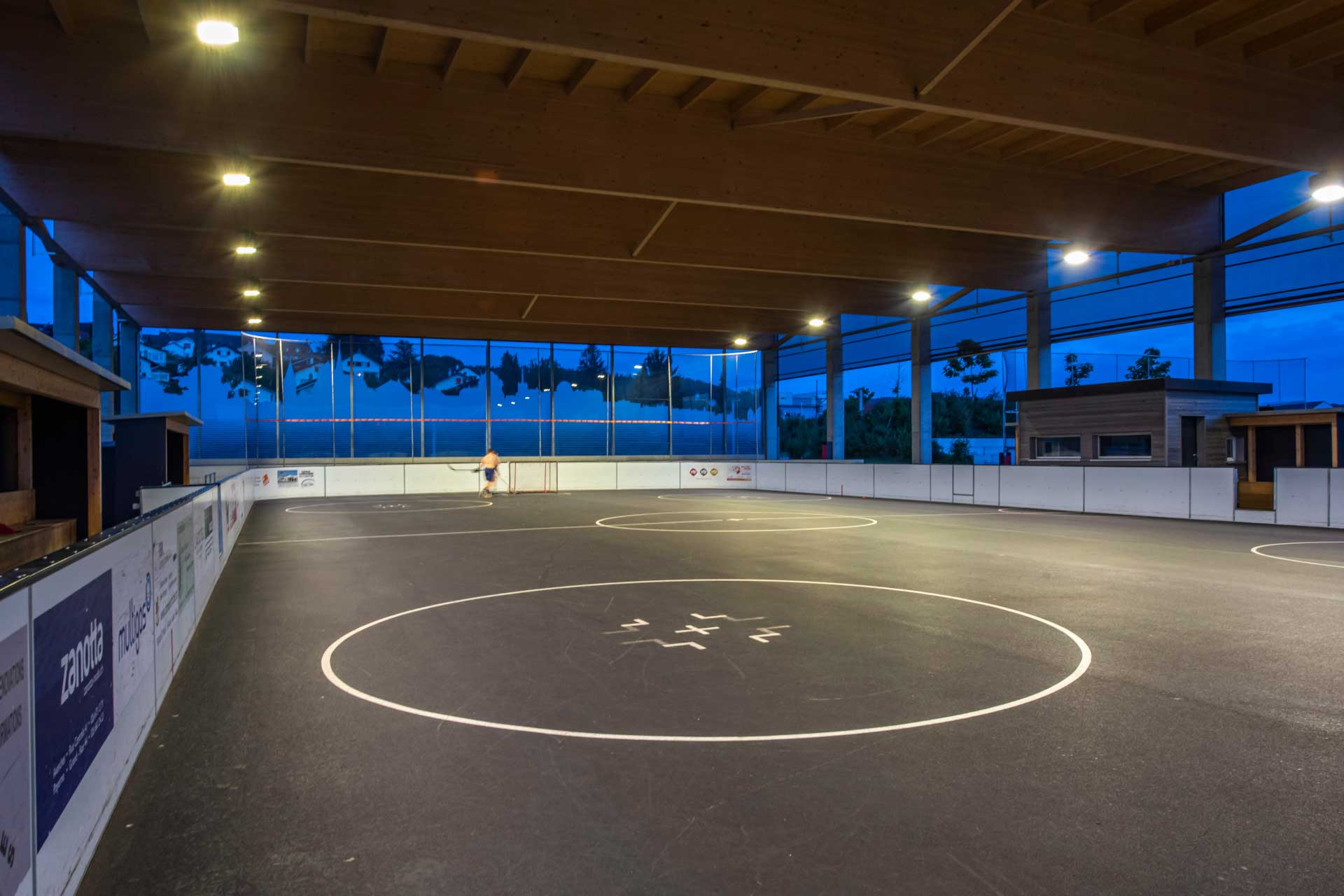 OMNIstar floodlights light the ice rink in Avenches so residents can practise their favourite sport when they want