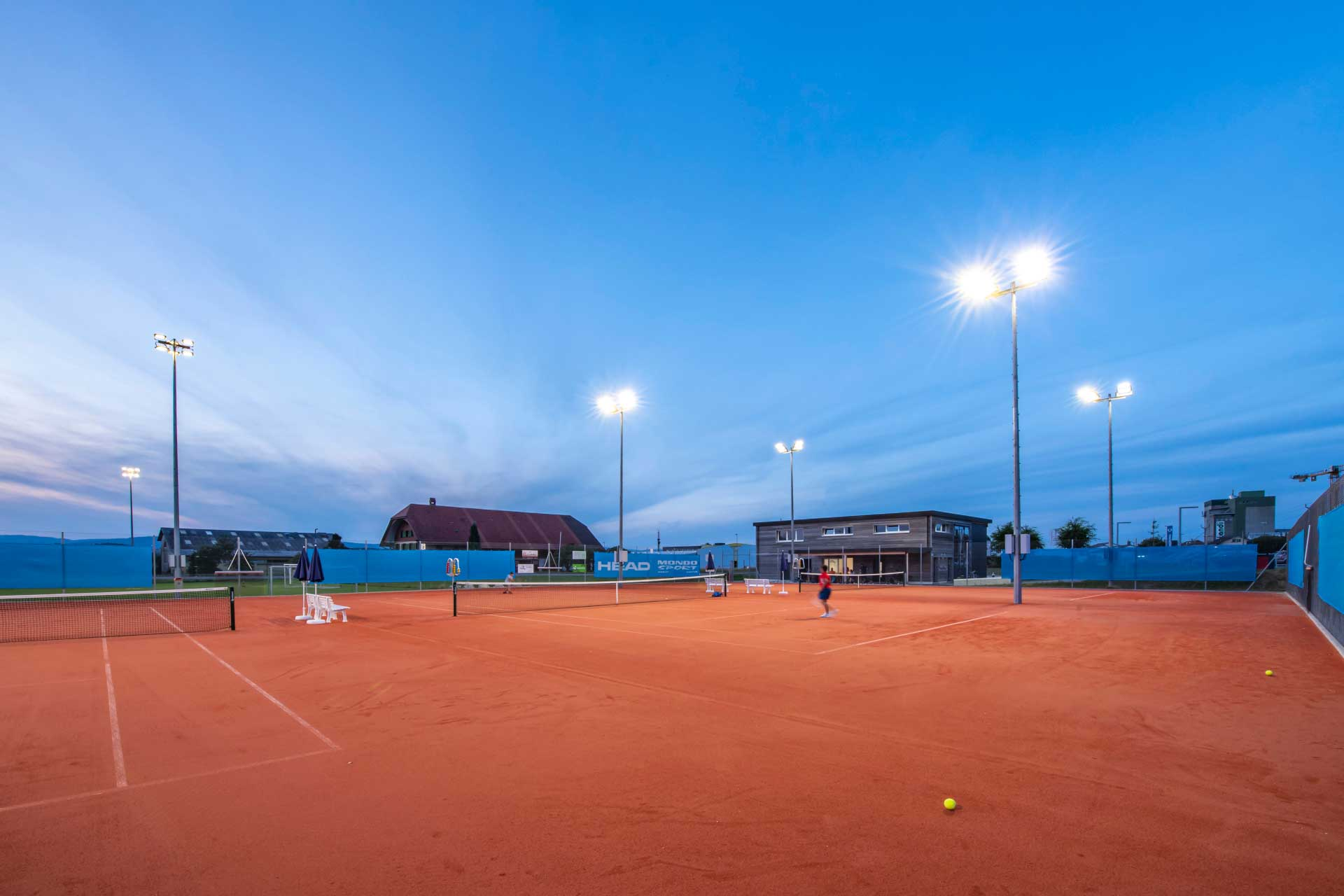Schréder sports floodlights light the tennis courts in Avenches to guarantee the safety, comfort and fun of residents